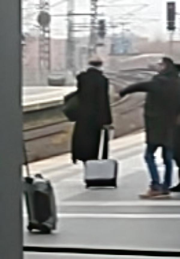 Bahnsteig am Hauptbahnhof in Berlin kurz vor der Einfahrt des ICE nach Karlsruhe